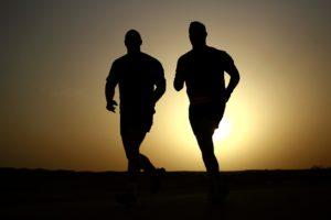 hommes qui courent